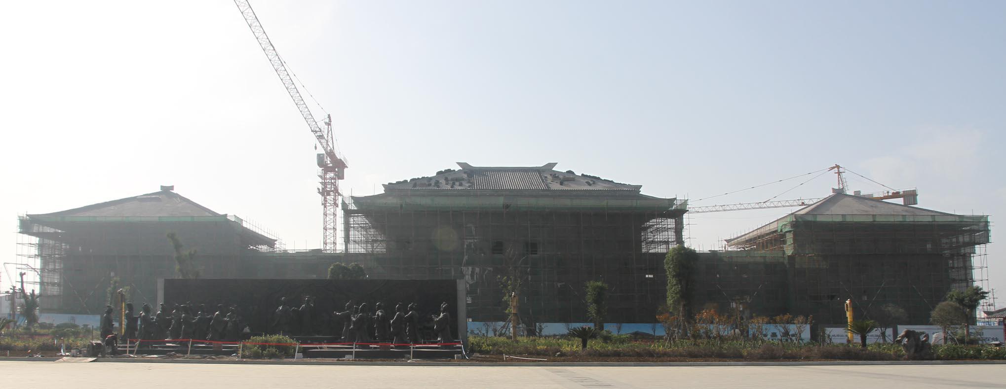 中国汉城酒店是由湖北大汉文化产业投资有限公司投资兴建的中国汉城建筑群的主体建筑之一,总投资1.8亿元,是一家按国家四星级标准全新打造,酒店建筑风格为仿古汉式建筑,集中国传统文化、汉风古韵、现代酒店服务功能与高科技于一体的商务度假型主题酒店。