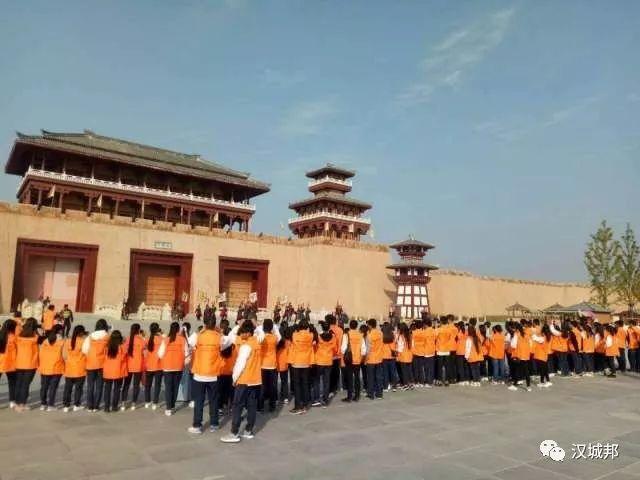 10月6日十堰江苏高中大专集团可以了近400名来自湖北的高中生,在传媒大专组织报刊上就长江图片